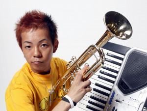 こまつ 300x226 芸人 こまつが「ガチホモ」 大道芸人並みにピアノやトランペットを同時に弾く!!
