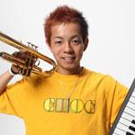 芸人 こまつが「ガチホモ」 大道芸人並みにピアノやトランペットを同時に弾く!!